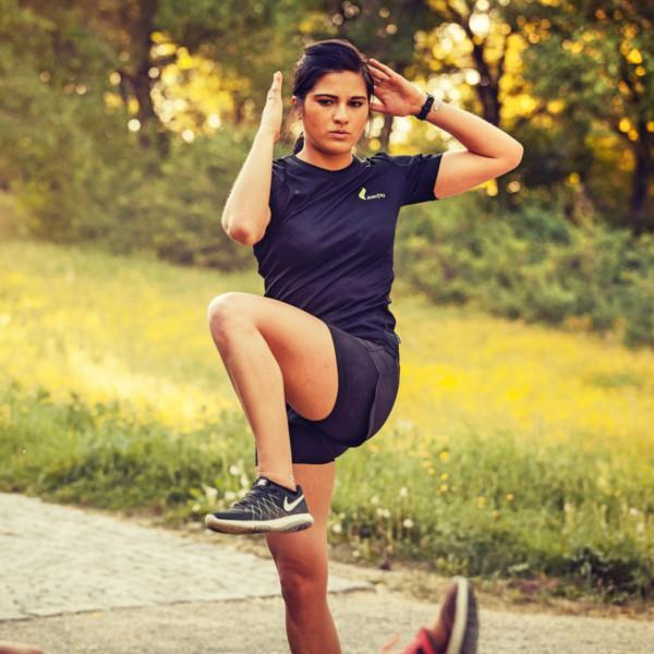 Beim Outdoor Training achtet der Fitness Trainer genau auf deine Ausführung