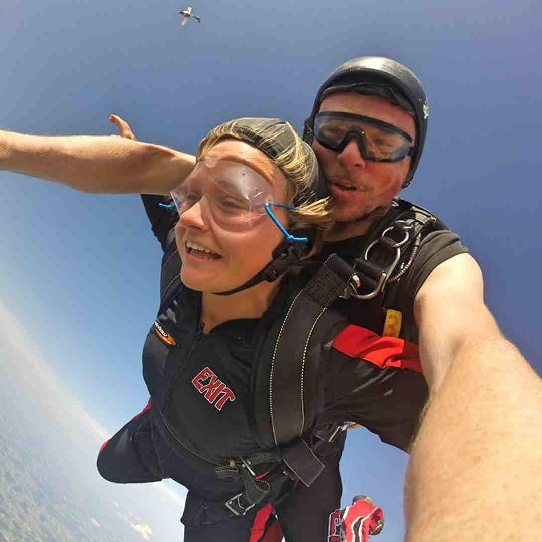 everfits Trainerin Rebecca beim Fallschirmspringen.