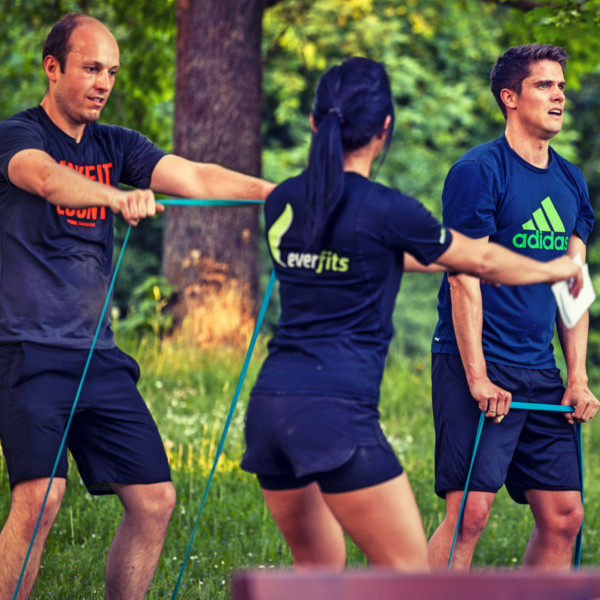 Outdoor Training mit dem Powerband für starke Arme