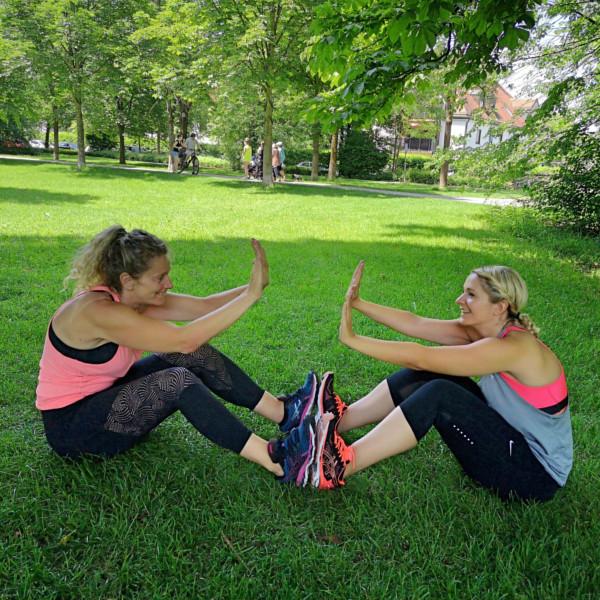 Outdoor Training mit Sit ups für einen flachen Bauch