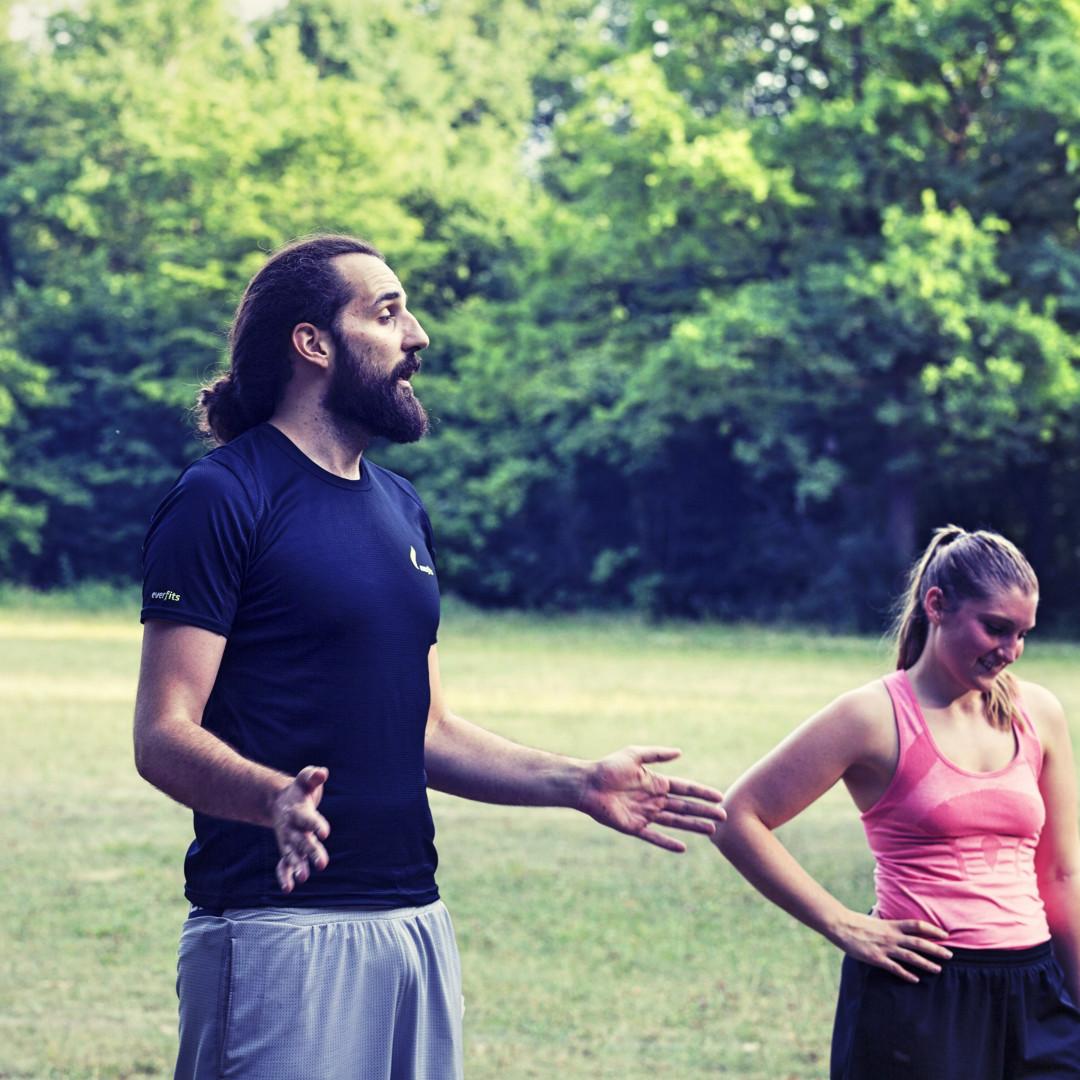 Effektiv trainieren durch den Fitness Trainer - everfits-Trainer Simon erklärt die nächste Übung