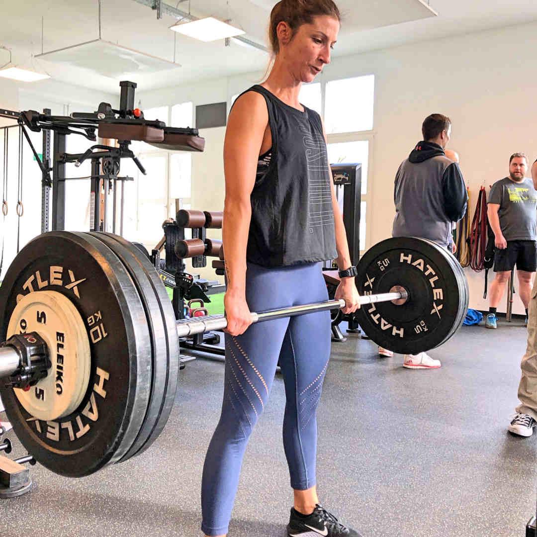 Fitness Trainerin Steffi beim Krafttraining mit der Übung Kreuzheben