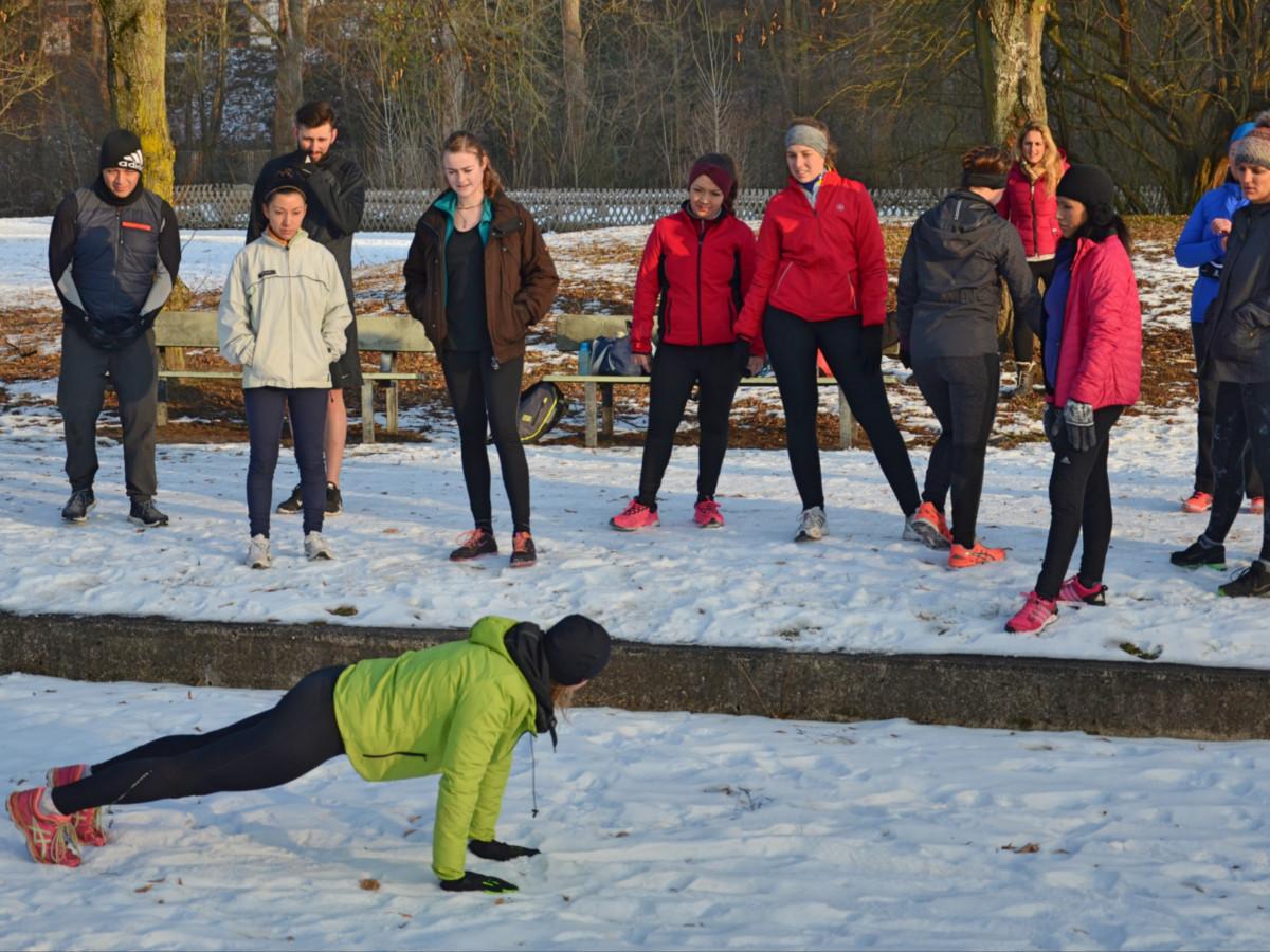 Fitness Trainer Mona macht die Liegestütze (engl. Push up) vor
