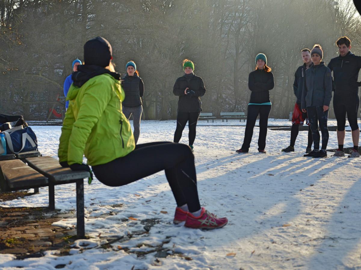Anleitung durch den Fitness Trainer beim Outdoor Training - Hier bei der Übung Rudern