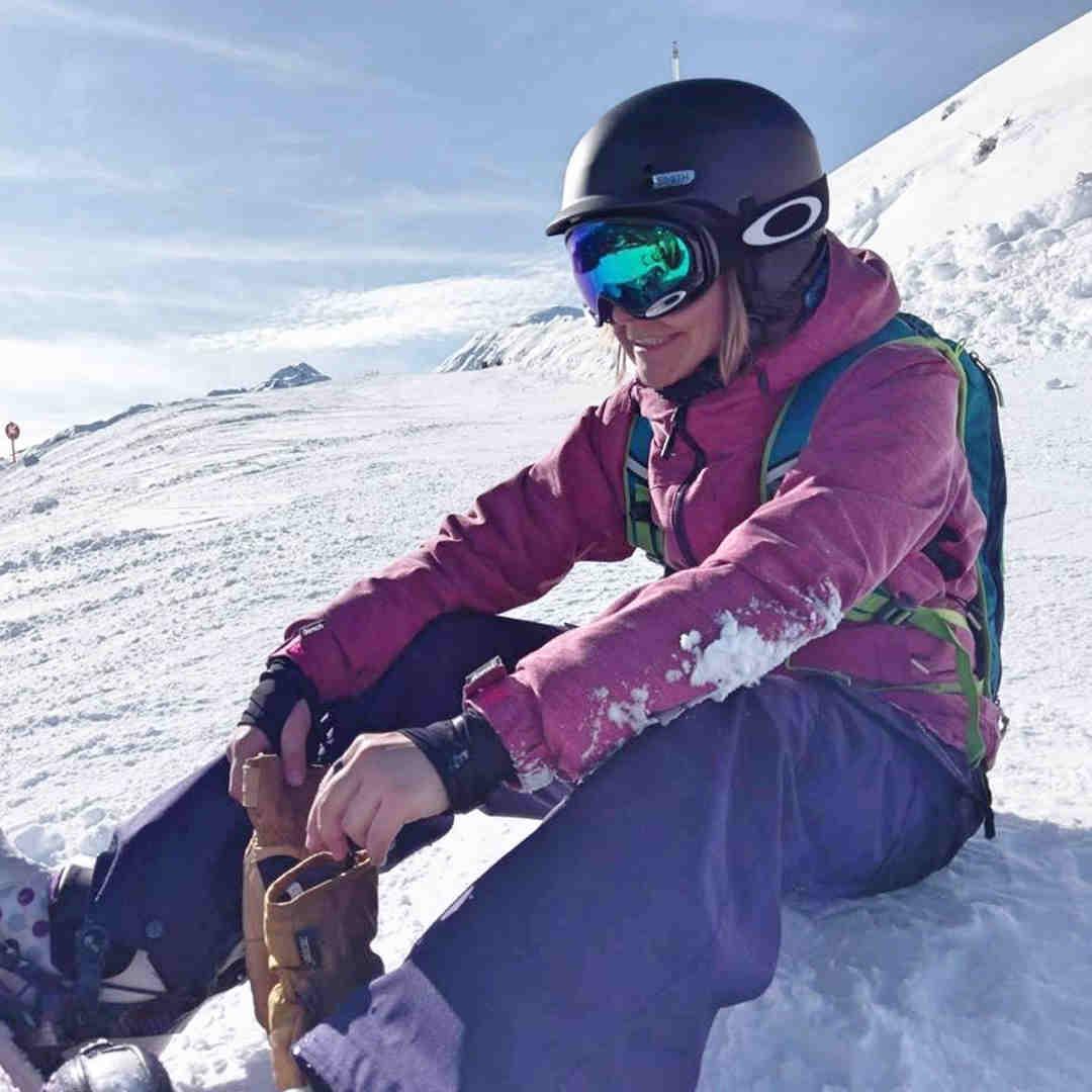 Rebecca beim Snowboarden.