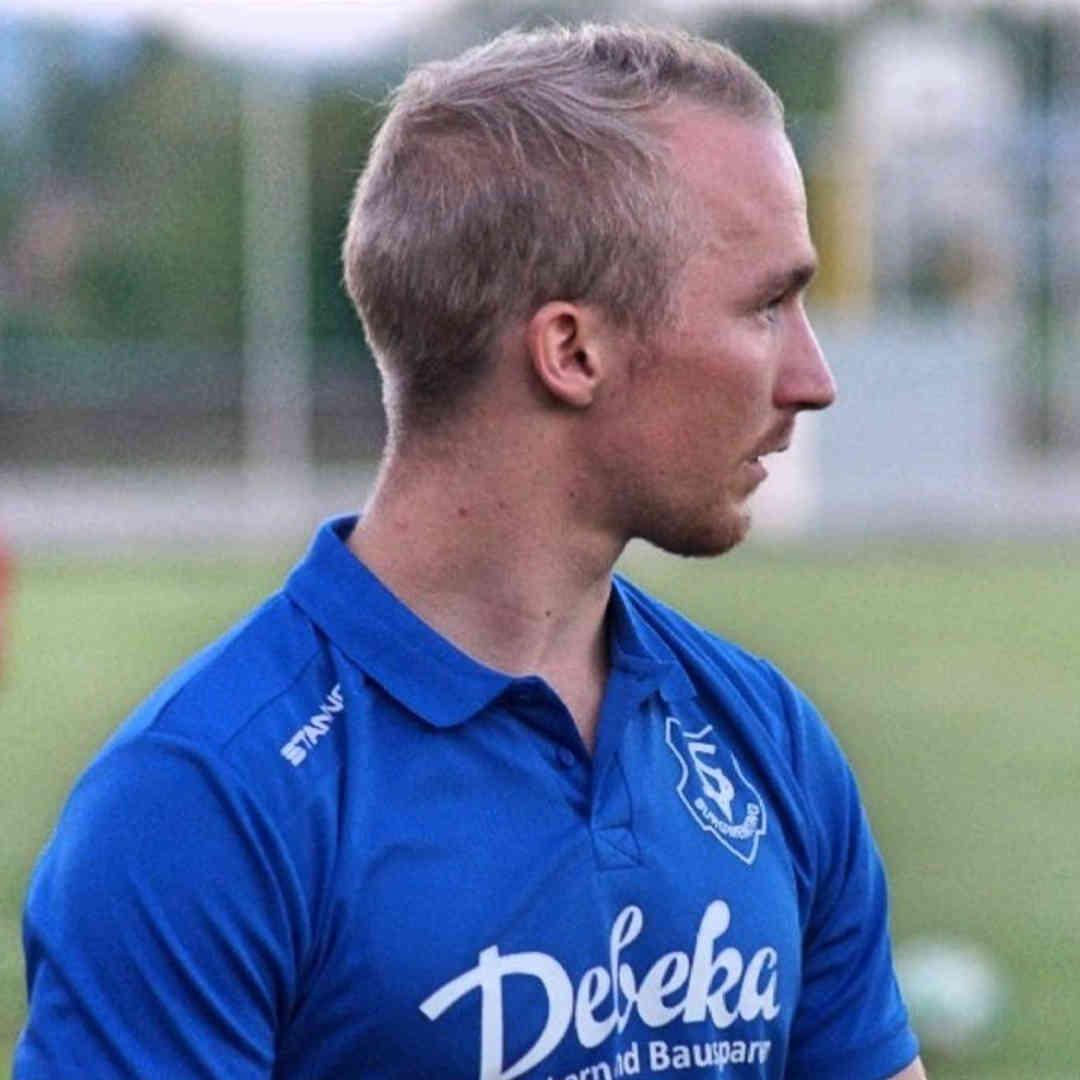 Lorenz bei seinem Hobby dem Fußballspielen.