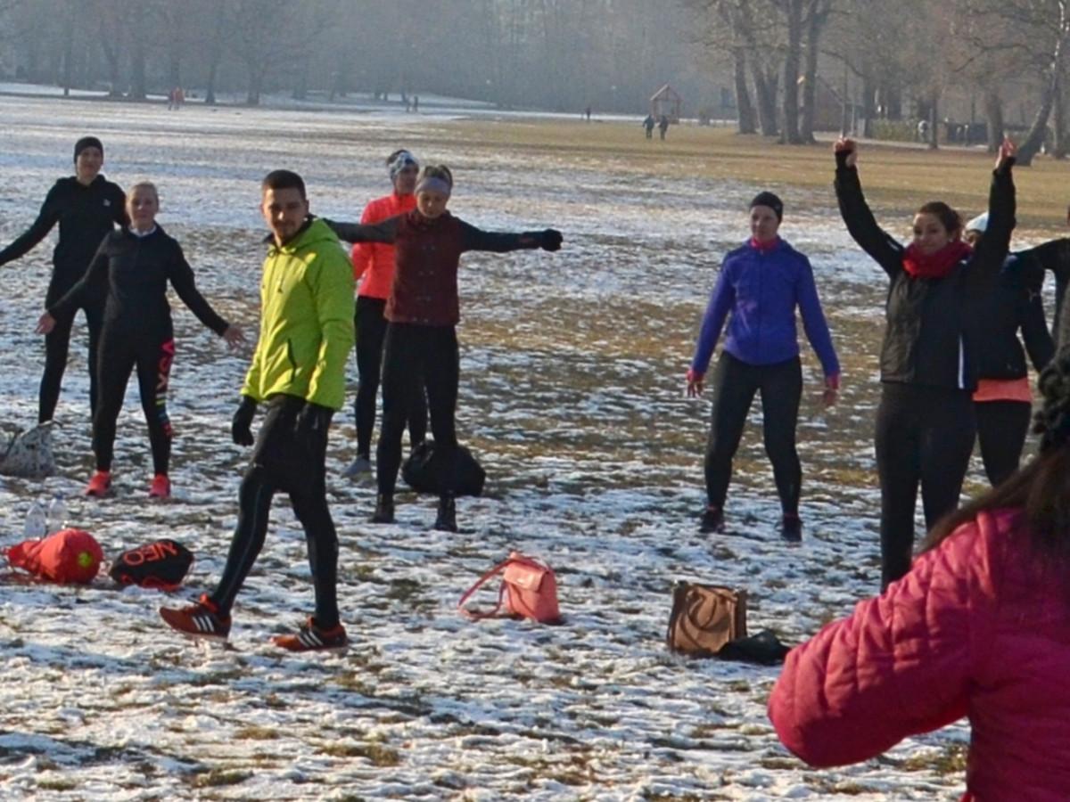 Outdoor Training Nürnberg im Winter - Warm-up mit Hampelmänner