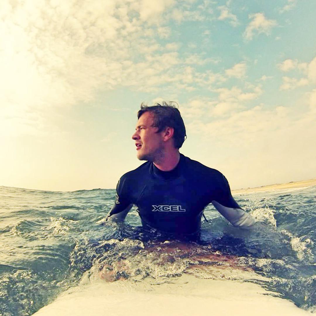 Outdoor Trainer Flo beim Surfen