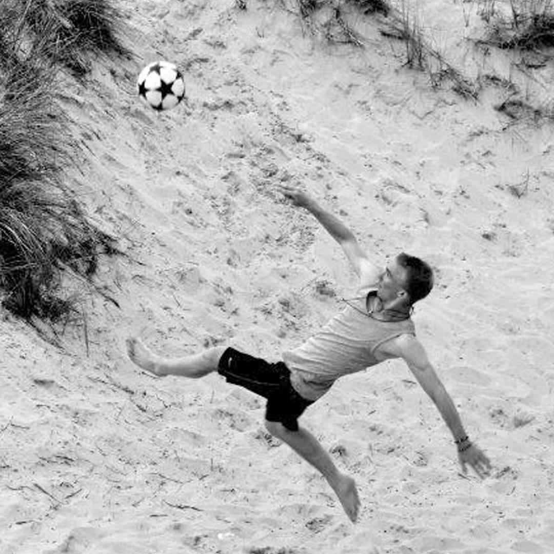 Lorenz beim Fußballspielen.