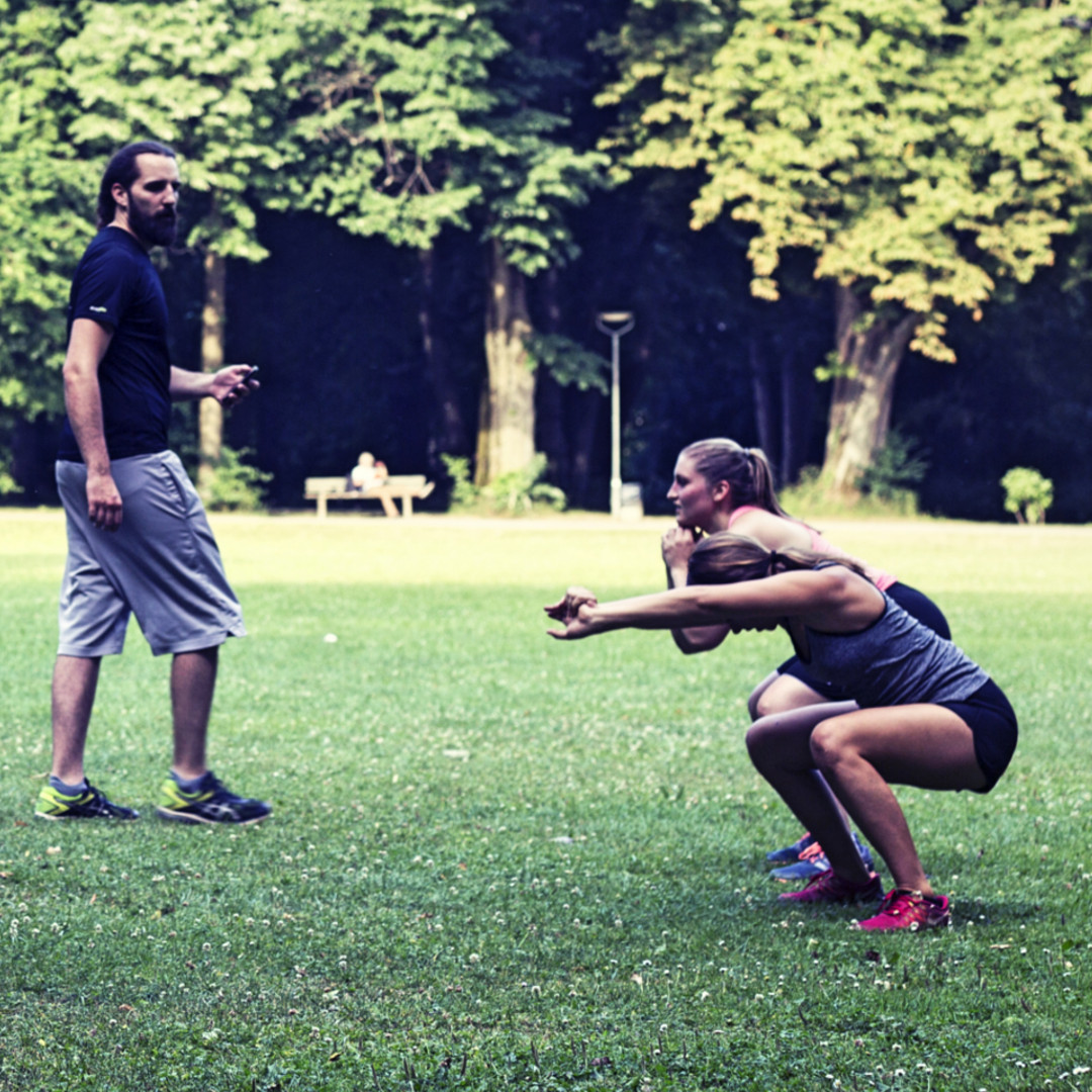 Korrektur der Kniebeuge durch den everfits Fitnesstrainer