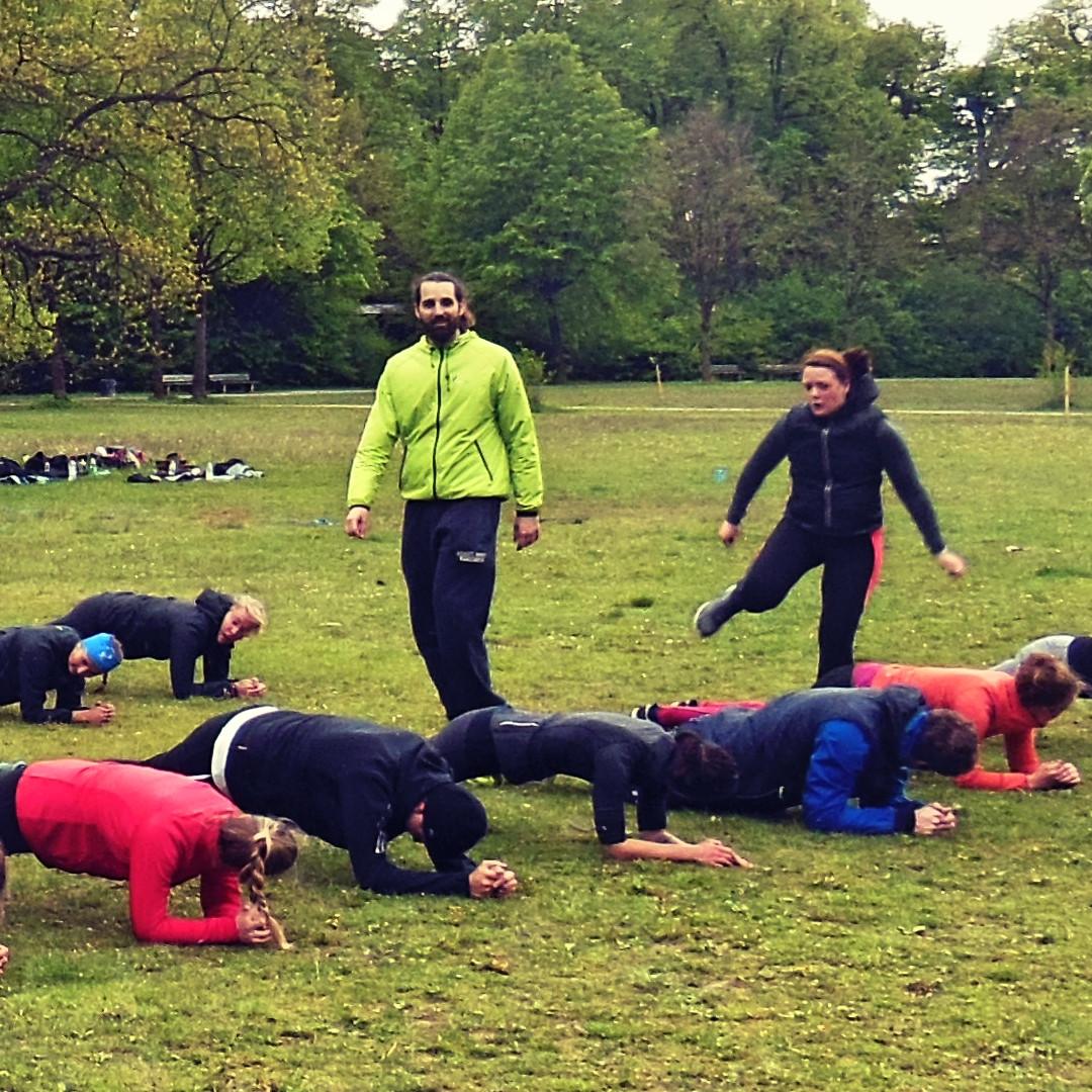 Outdoor Training in der Gruppe mit der Plank für einen flachen Bauch
