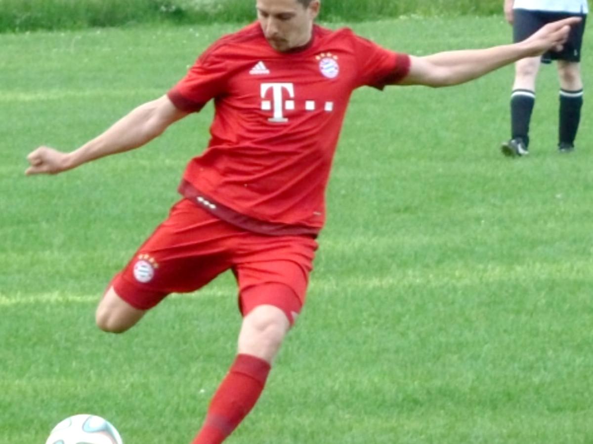 Fitness Trainer Patrick beim Fußball spielen