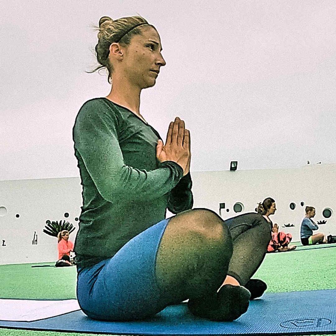 Fitness Trainerin Steffi beim Yoga.